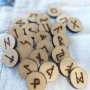 Runas em madeira pirografadas